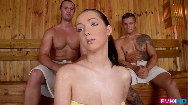 Lucie Wilde Trio En El Sauna Con Tetona