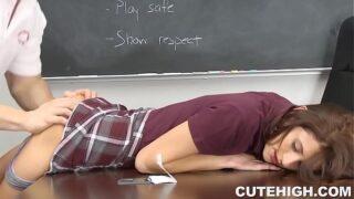 petite xxx seduce a su profesor hasta hacerlo en el área de clase